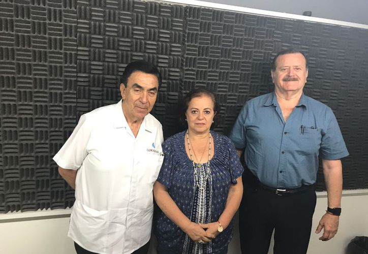 El invitado, Dr. Salvador González Gutiérrez, con los conductores Esperanza Nieto y Jorge Barrera.  (Jorge Acosta/Milenio Novedades)