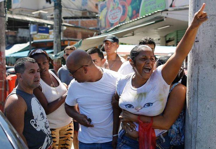 Habitantes de una favela de Río de Janeiro marcharon para protestar por la inseguridad, en una las zonas más violencias del mundo. (AP)