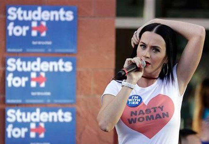 En su visita, Katy Perry portó una camiseta con la leyenda <i>Nasty Woman (mujer mala)</i>, palabras que el aspirante republicano Donald Trump, murmuró en el tercer y último debate, previo a las elecciones presidenciales del 8 de noviembre, en Estados Unidos. (AP/John Locher)