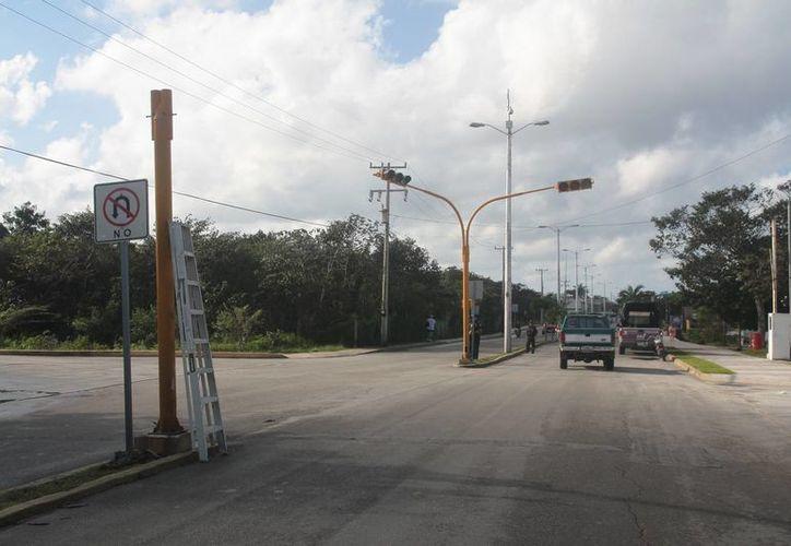 Un gabinete luminoso servirá para reparar un semáforo de las avenidas Xel-Há y 20 sur. (Julián Miranda/SIPSE)
