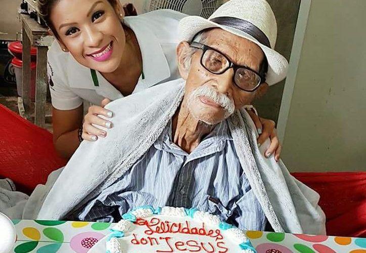 """""""Don Chuy' recibió a sus amigos y vecinos con felicidad el día de su cumpleaños. (Foto: Eddy Bonilla)"""