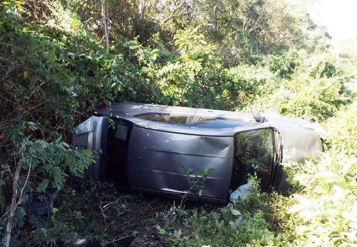 Un auto en el que viajaba una familia volcó en la vía Mérida-Cancún. No hubo heridos. (Milenio Novedades)