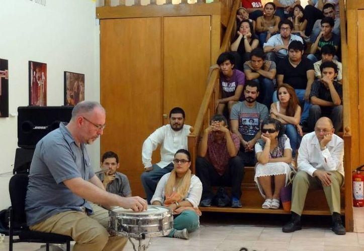 Imagen del percusionista Sean Meehan durante su presentación el año pasado, en la sala de historia del arte en el Museo Macay. (Milenio Novedades)