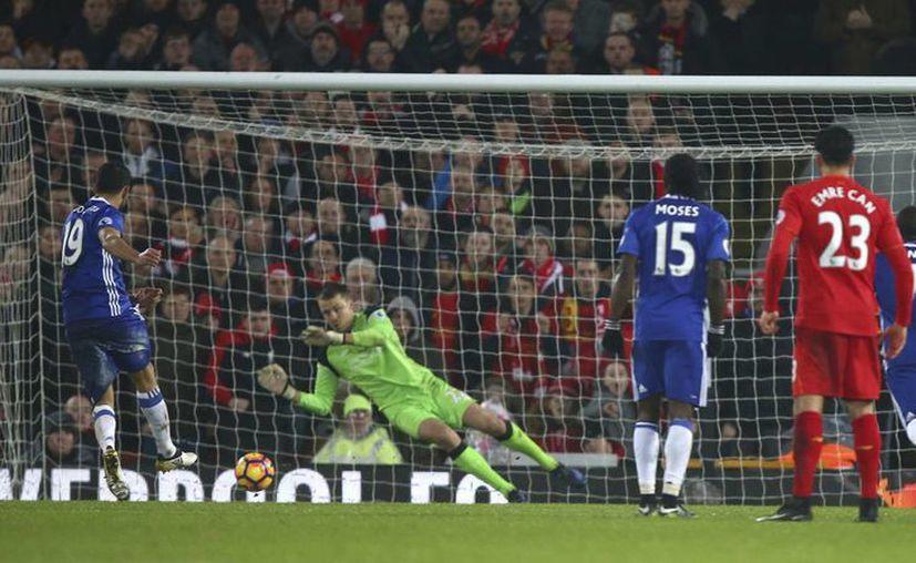 Tottenham y Arsenal, segundo y tercero en la Liga Premier, desaprovecharon el empate del líder Chelsea, pues el primero empató y el otro perdió. En la foto, Diego Costa, del Chelsea, falla un penal. (AP)