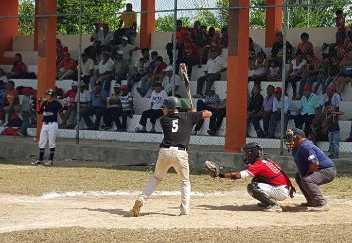 Ángeles de Dzoncauich sorprendió a los favorito de El Abuelo de Cordemex, para eliminarlos del torneo de la Liga Motuleña de Beisbol. (Milenio Novedades)