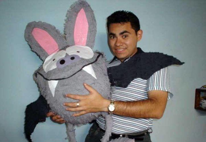 Iván Ramírez, creador de La gruta del Alux, con uno de los personajes del programa. (Milenio Novedades)