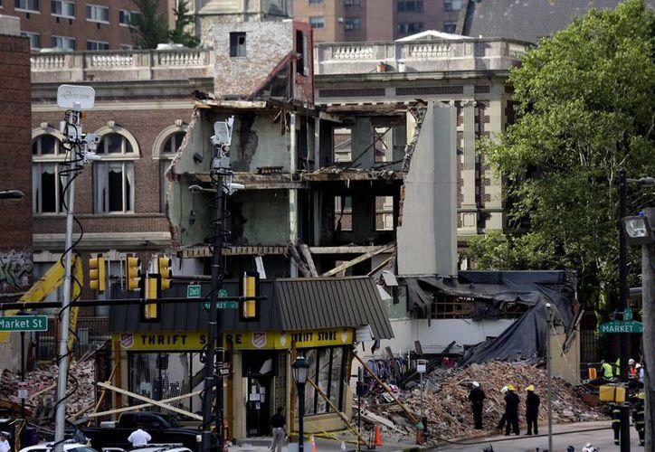 El derrumbe ocurrió cuando un edificio de apartamentos de cuatro pisos colapsó sobre otro el miércoles por la mañana, en el centro de la ciudad de Filadelfia. (Agencias)