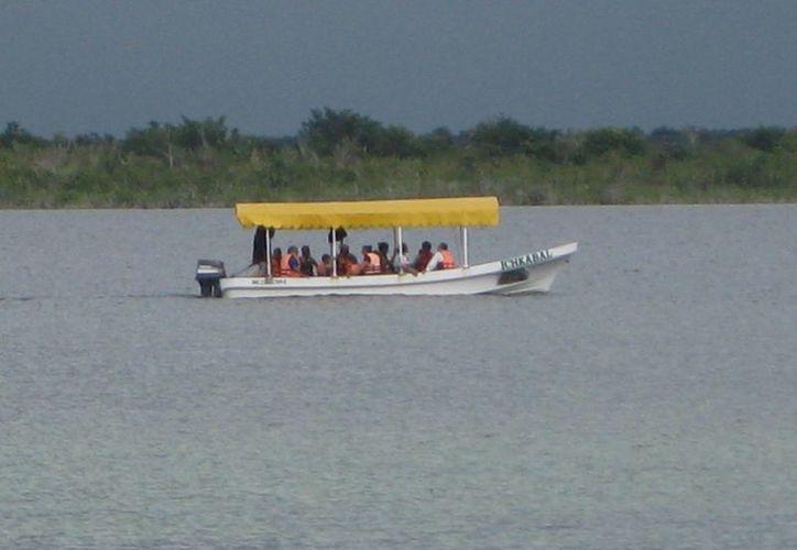 Durante las próximas vacaciones de verano se regulará el tránsito de embarcaciones en la Laguna de los Siete Colores. (Javier Ortiz/SIPSE)