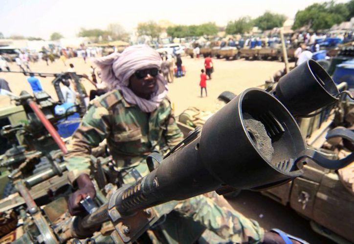 Un miembro de una milicia mantiene su posición junto a su arsenal militar, en la zona de combates del sur de Darfur, Nyala, Sudán. (Archivo/EFE)