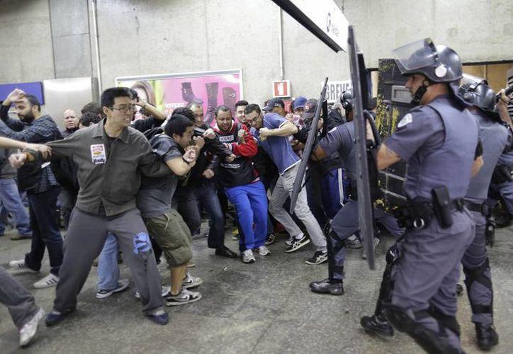 Imagen del enfrentamiento de la policía con los activistas en la estación de Ana Rosa. (Agencias)