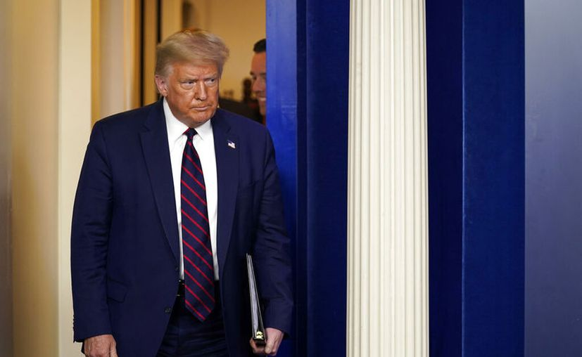Presidente Donald Trump arriba a una conferencia de prensa en la Casa Blanca, Washington. (AP Foto/Evan Vucci)