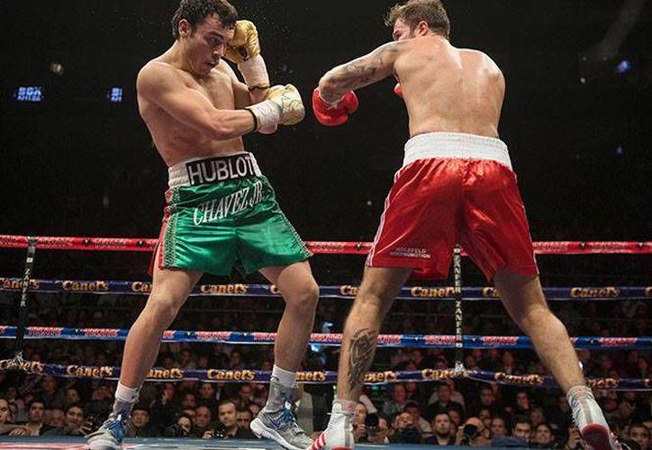 Tras casi año y medio fuera de los encordados, Chávez Jr venció por decisión unánime al boxeador alemán Dominik Britsch. (Foto tomada de Zanfer)