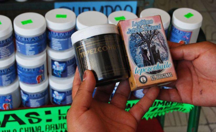 Un frasco de tepezcohuite tiene un costo, dependiendo de la presentación, que puede ir de los 30 hasta los 100 pesos. (Tomás Álvarez/SIPSE)