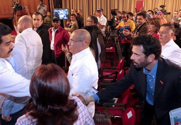 El saludo del presidente Nicolás Maduro al líder de la oposición, Henrique Capriles, fue distante y breve. (Twitter.com/@elsabonin)