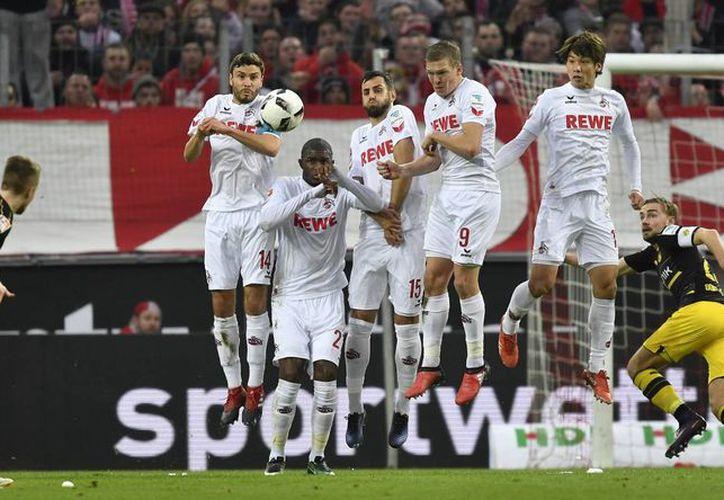 Marco Reus, quien en la foto cobra una falta, fue expulsado en partido en el que Dortmund sacó un 2-2 en  casa del Hoffenheim. (AP)