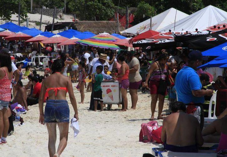 Cientos de personas acudieron a las playas de Cancún luego de los festejos de fin de año. (Luis Soto/SIPSE)