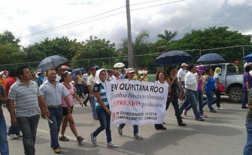 Luego de 20 minutos de protesta, los docentes regresaron a la sede de su plantón, el SNTE. (Jazmín Ramos/SIPSE)