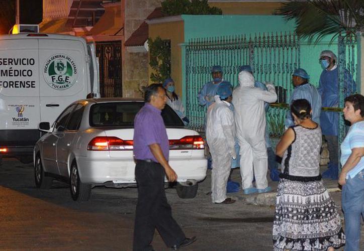 Peritos buscan huellas dactilares en el homicidio de Emma Molina. (Foto: Milenio Novedades)