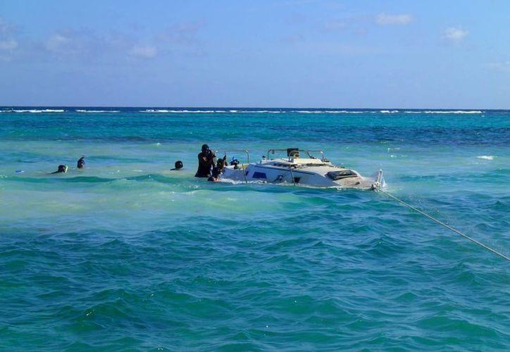 Las inclemencias del clima dificultaron que el velero fuese retirado del lugar de manera oportuna. (Archivo/SIPSE)