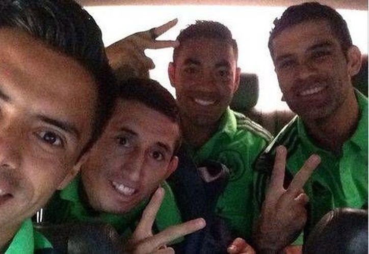 Talavera, Héctor Herrera, Marco Fabián y Rafa Márquez en el taxi que los llevó al entrenamiento. (Foto tomada de Twitter de Multimedios)