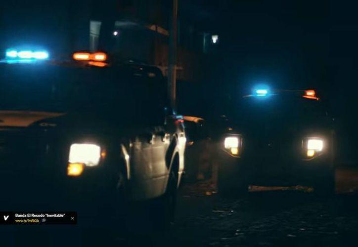 Estas son las patrullas que aparecen en el videoclip 'Fuiste Mía', de Gerardo Ortiz; por esa misma razón tres policías de Zapopan fueron separados de su cargo. (Captura de pantalla/YouTube)