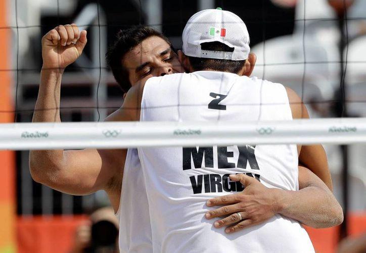 La dupla mexicana enfrentará el próximo martes al representativo de EU, en busca de asegurar su pase. (Foto AP / Marcio Jose Sanchez)
