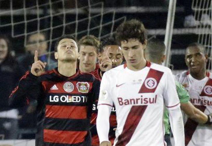 El mexicano Javier Hernández marcó al minuto 41 de tiro penal y al 45, en el empate del Bayer Leverkusen ante Inter de Porto Alegre de Brasil. (Imágenes de AP)