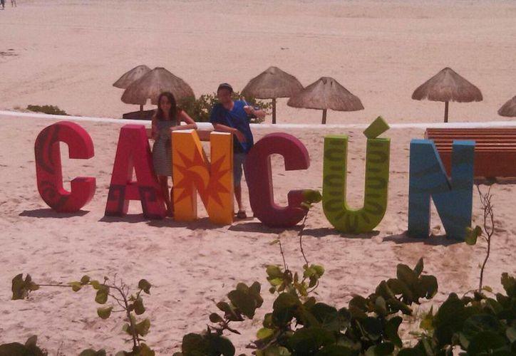 Turistas tomaron fotografías cuando las letras estaban en la playa. (Sergio Orozco/SIPSE)