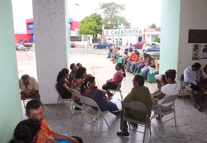 Un grupo de habitantes de la colonia Unidad Antorchista se plantó en el Palacio Municipal para exigir títulos de propiedad de sus viviendas.  (Daniel Tejada/SIPSE)