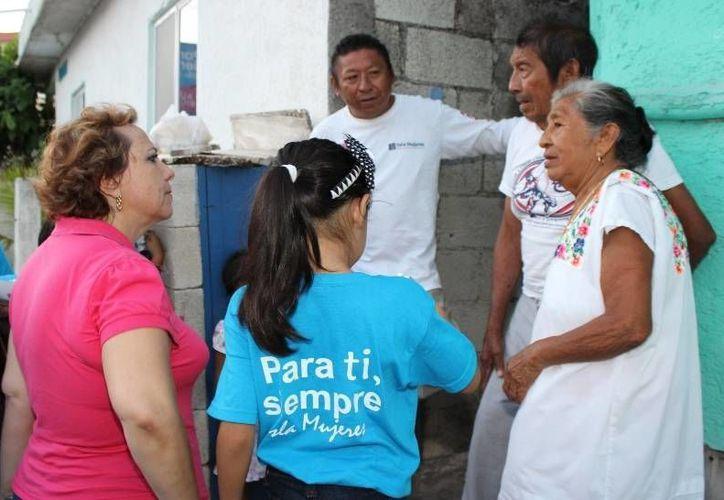 Alicia Ricalde Magaña saludó a colonos. (Lanrry Parra/SIPSE)