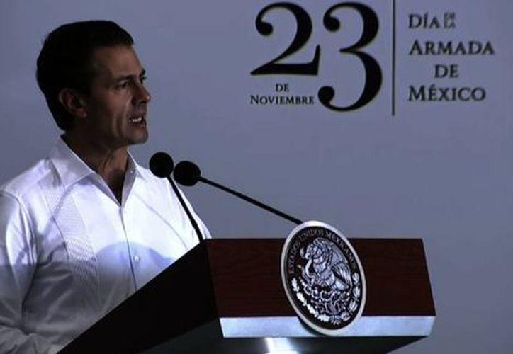 En la celebración del Día de la Armada de México, el presidente condecoró a varios elementos por su dedicación y lealtad a la institución. (Foto: Milenio)