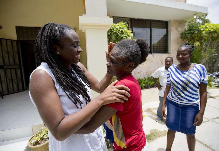 Mariette Williams y su madre biológica Colas Etienne se dan un abrazo por primera vez en casi 30 años, en Puerto Príncipe, Haití. (Agencias)