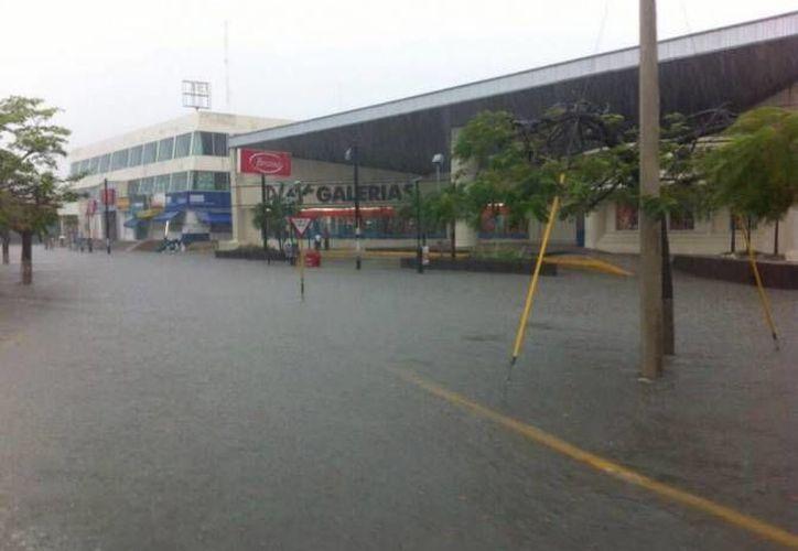 Las lluvias severas afectan a comercios y viviendas. (Redacción/SIPSE)