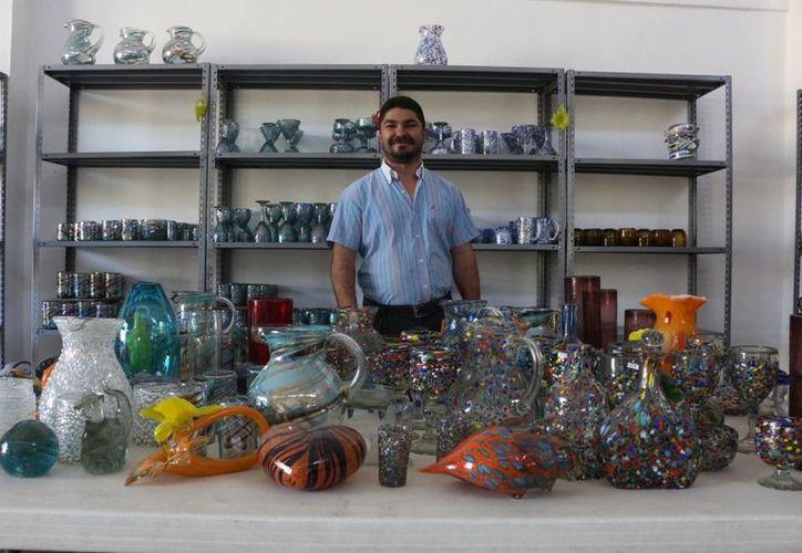 Carlos Salazar Martínez hace esculturas con vidrio soplado en su taller de Playa del Carmen. (Adrián Barreto/SIPSE)