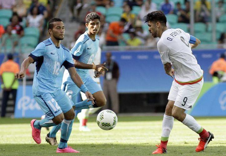 Oribe Peralta resultó fracturado de la nariz durante el partido entre la Selección Mexicana y su similar de Fiji, el pasado domingo 7 de agosto de 2016. (AP Photo/Arisson Marinho)