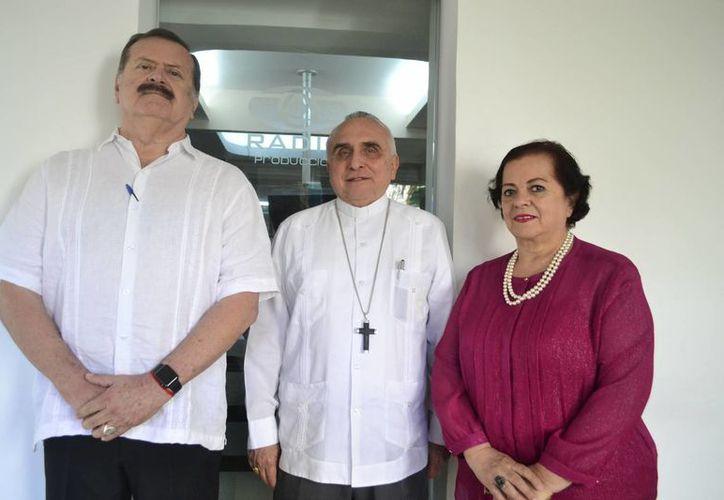 Jorge Barrera, Monseñor Rafael Palma y Esperanza Nieto, durante la emisión. (Daniel Sandoval/ Milenio Novedades)