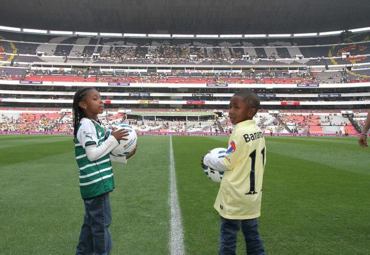 Los hijos de Christian 'Chucho' Benítez, Emily y Ronaldo, entregaron los balones oficiales con los que se disputó el encuentro-homenaje entre América y Santos Laguna. (Notimex)