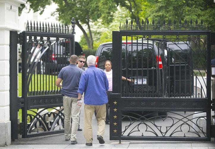 Un hombre armado que fue baleado por un agente del Servicio Secreto de Estados Unidos frente a la Casa Blanca continuaba en estado grave. (AP)