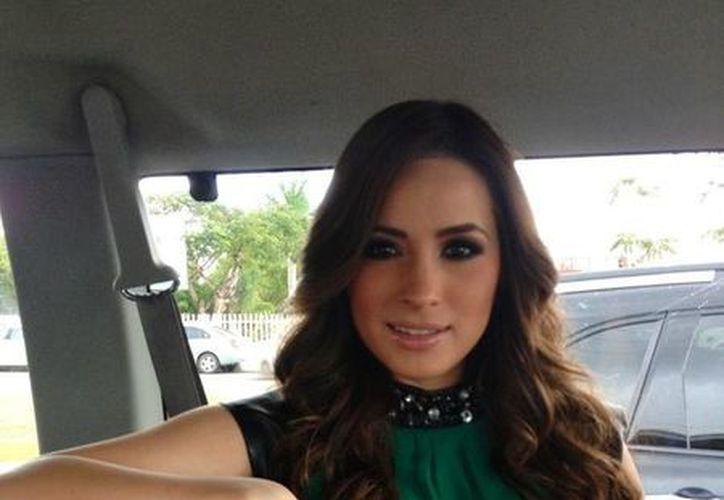 Fabiola Rodríguez publicó en twitter una fotografía de la cantante, minutos antes de entrar a la firma de autógrafos : 'Llegando a firma de autógrafos #Chetumal' (twitter.com/Faby002)