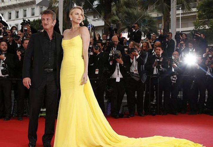 Esta no es la primera vez que Sean Penn termina una relación por infidelidad, ya que su anterior matrimonio, con la también actriz Robin Wright, que duró 14 años, culminó por la misma circunstancia. Imagen del actor con Charlize Theron durante una alfombra roja en Cannes. (EFE)
