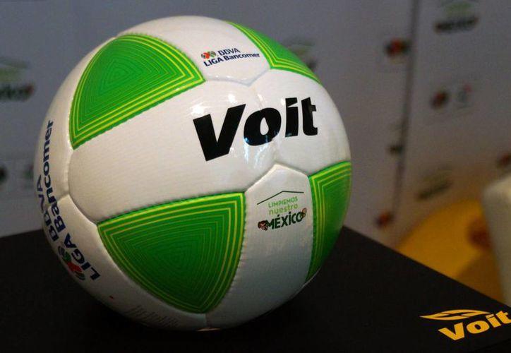 El balón 'ecológico' fue presentado este viernes en el Estadio Azteca. (Notimex)