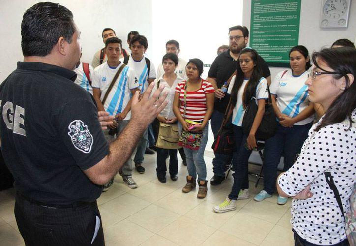 Estudiantes de diversas escuelas visitaron durante 2014 las instalaciones de la Fiscalía General del Estado, como parte de su formación extraescolar. (Cortesía FGE)