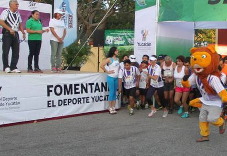 Unos 1,200 corredores se dieron cita en la competencia de 10 kilómetros del IDEY. (Milenio Novedades)
