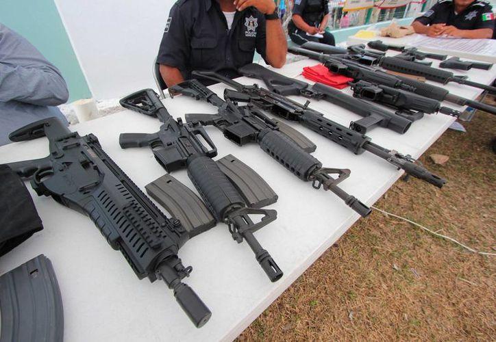 Ayer las armas de los integrantes de la Dirección de Seguridad Pública de Cozumel, fueron revisadas por Elementos de la Guarnición Militar.  (Gustavo Villegas/SIPSE)
