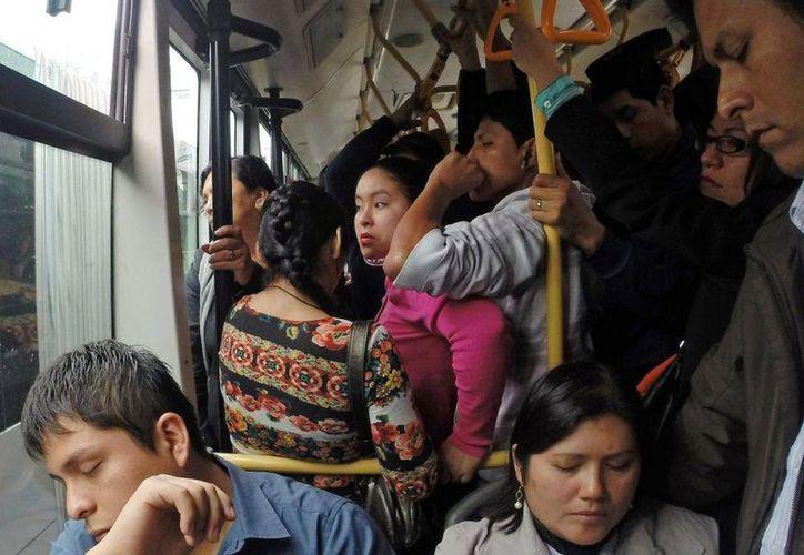 La mitad de los usuarios del transporte público en la Ciudad de México son mujeres. La campaña ¡Hazme el paro! busca que se sientan seguras. (Archivo/Reuters)
