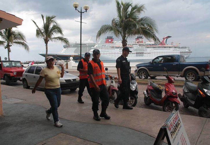 Desde el miércoles los policías federales recorren el malecón de Cozumel y muelle de pasajeros para inhibir las actividades delictivas. (Julian Miranda/SIPSE)