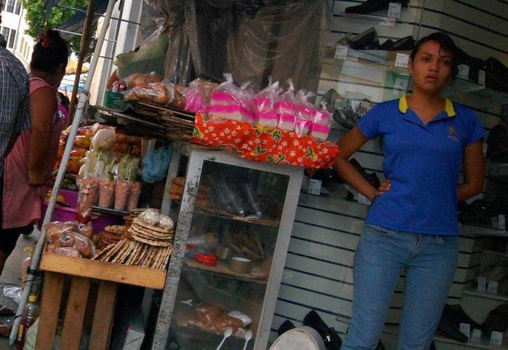 Hay comercios que aún albergan a ambulantes en sus locales. (SIPSE)
