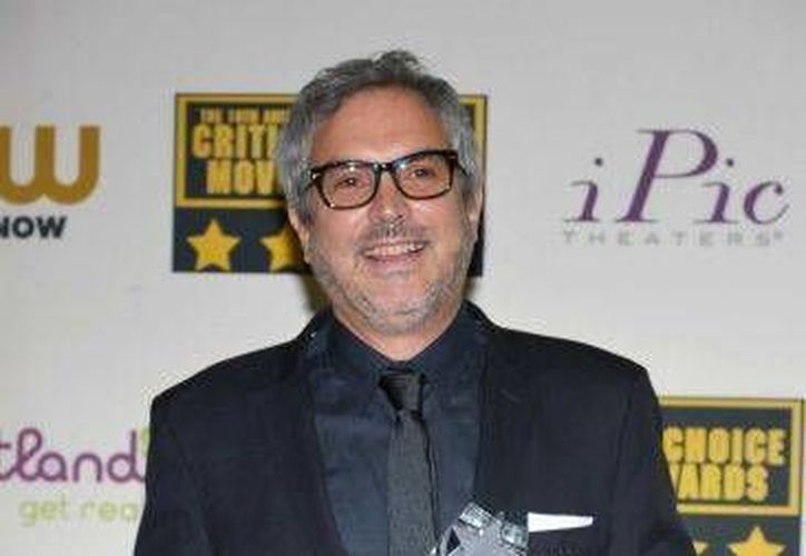 El director mexicano Alfonso Cuarón posa junto con el Globo de Oro que recibió en la categoría de mejor director, en una conferencia de prensa el pasado jueves 16 de enero. (Agencias)