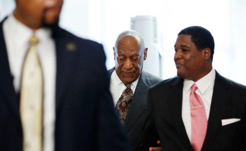 Bill Cosby (al centro) está acusado de abusar de dos menores de edad. En la imagen, se ve cuando el comediante llega a la Corte. (AP)
