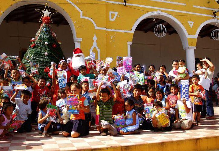 Pequeños de comunidades marginadas o alejadas no sólo recibieron un regalo cada uno, sino que pudieron convivir con Santa Claus. (Milenio Novedades)